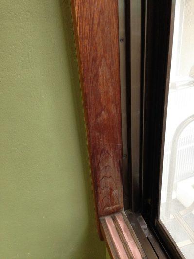 窓枠アク洗い前