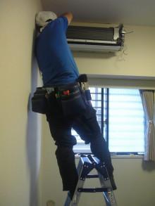ハウスクリーニング、エアコンクリーニングのワールドクリーナー -脚立の上で